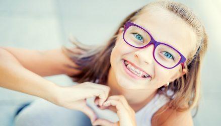 מחקר: בני נוער קושרים בין משקפיים ועדשות מגע לבין דימוי עצמי